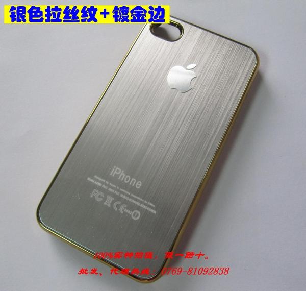 """背面覆盖有金属典雅的拉丝金属效果  从iPhone 4爆出""""玻璃门""""并且将责任推到第三方iPhone保护套上之后,很多配件厂商为此头痛不已,不得不转移目标开始研发其他类型的配件,于是就有了一款金属拉丝的保护盖,现在又改进了不用再拆螺丝了,很多客户都不希望自己爱机 新新的就来拆机,有了这款拉丝 直接套上去就可以了,不用拆机,方便使用而且保护性好。"""